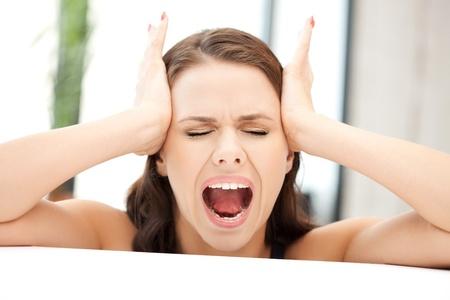 wanhopig: Foto van vrouw met de handen op de oren