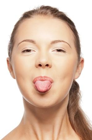 태도: 십 대 소녀는 그녀의 혀를 튀어 나와 밝은 근접 촬영 초상화 그림