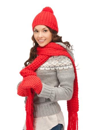 the mittens: brillante imagen de mujer hermosa en el sombrero, bufanda y guantes Foto de archivo