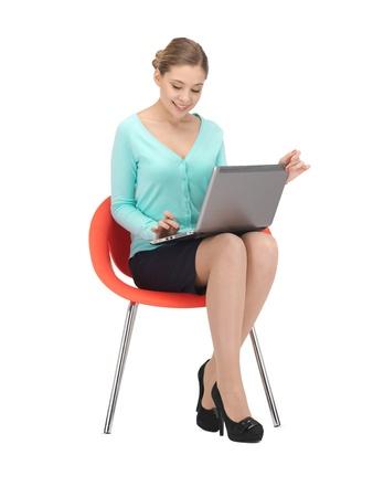 beeld van de jonge zakenvrouw zitten in de stoel met de laptop