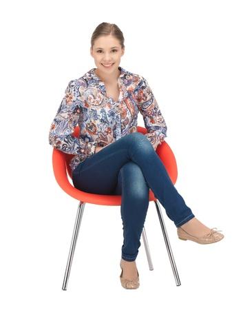 mujeres sentadas: brillante imagen de adolescente feliz y despreocupado en la silla Foto de archivo
