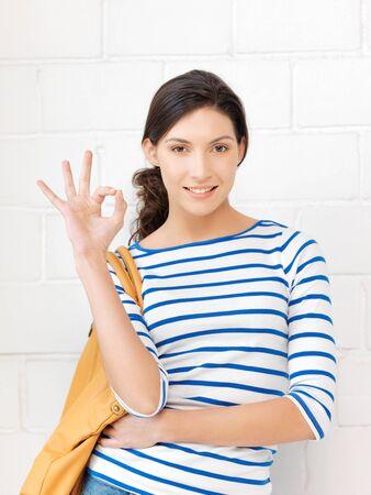 coincidir: brillante imagen de encantadora chica adolescente que muestra signo ok Foto de archivo