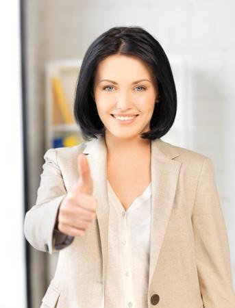 coincidir: brillante imagen de mujer joven con el pulgar hacia arriba Foto de archivo