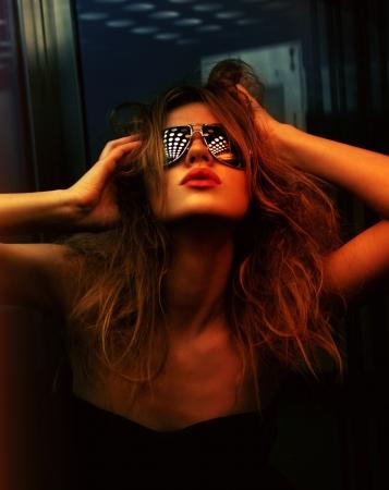 night club: colore dell'immagine scuro tonica della donna alla moda in discoteca