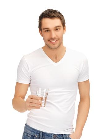 sediento: hombre guapo con camisa blanca con un vaso de agua