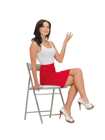 mujeres sentadas: mujer feliz en blanco en blanco camiseta en una silla