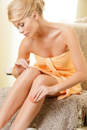 jolie pieds: belle femme dans le salon de spa pédicure ayant