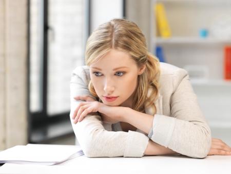 verdrietig meisje: helder beeld van ongelukkige vrouw in het kantoor Stockfoto