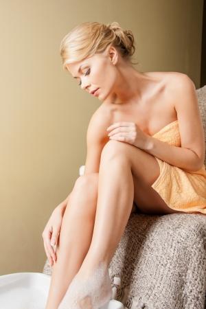 mimos: mujer hermosa en el salón de spa de pedicura con