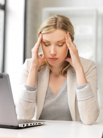 agotado: Foto de mujer cansada con ordenador port�til Foto de archivo