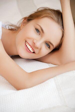 adolescencia: brillante imagen de adolescente feliz y sonriente
