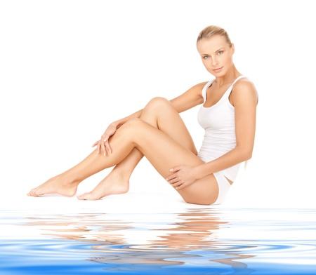 cuerpo femenino perfecto: mujer hermosa en undrewear algod�n con agua
