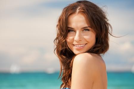 helder beeld van mooie vrouw op een strand Stockfoto
