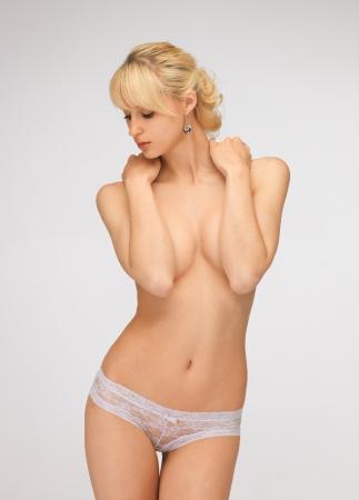 seins nus: image lumineuse de belle femme aux seins nus en culotte