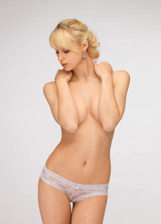 the naked girl: imagen brillante de hermosa mujer en topless en bragas Foto de archivo
