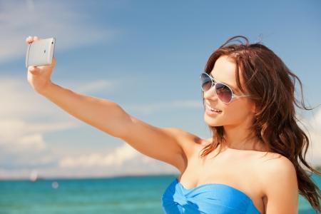 tomar: imagem da mulher de sorriso feliz usando a c�mera do telefone