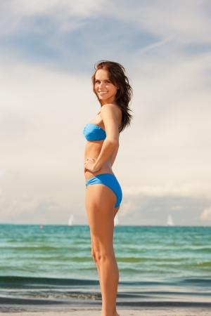 image brillante de femme souriante heureux sur la plage Banque d'images
