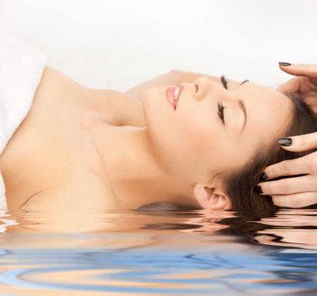 Яркая картина красивая женщина в воде
