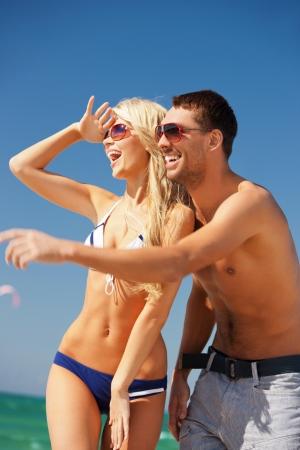 yazlık: Sahilde güneş gözlüğü mutlu çiftin resim kadın odaklanmak Stok Fotoğraf