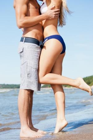 novios besandose: Primer plano retrato del hombre y la mujer bes�ndose