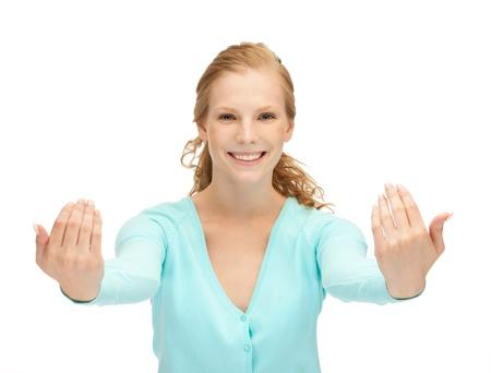 invitando: imagen de adolescente feliz haciendo gesto de invitaci�n Foto de archivo