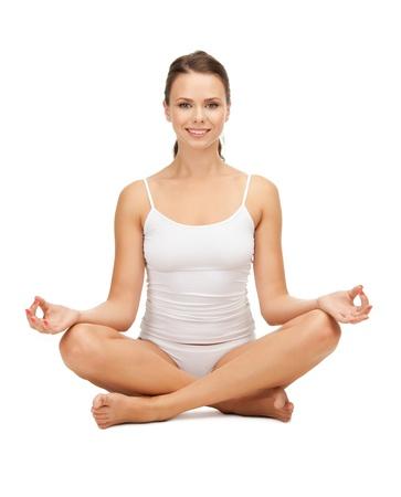 good posture: mujer deportivo en undrewear algod�n practicando yoga loto