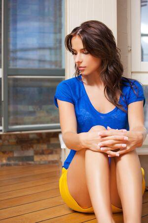 avergonzado: brillante imagen de mujer triste y solitaria