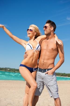 pareja saludable: imagen de una pareja feliz en gafas de sol en la playa