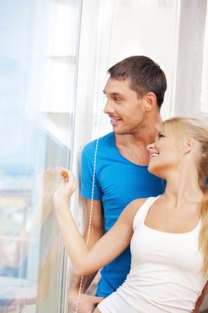 felicidade: imagem brilhante do casal feliz na janela Imagens