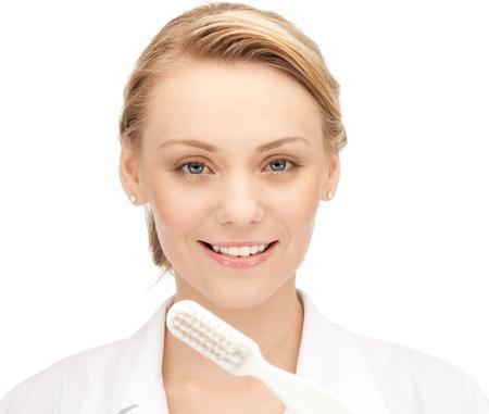 higiene bucal: imagen de la doctora atractivo con cepillo de dientes