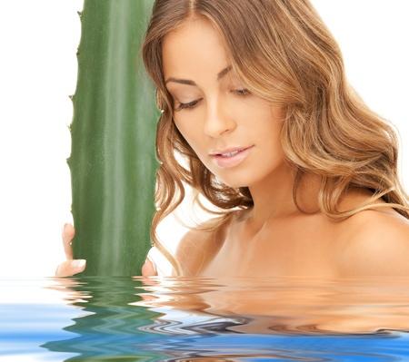 rejuvenating: Foto di donna bella con aloe vera in acqua