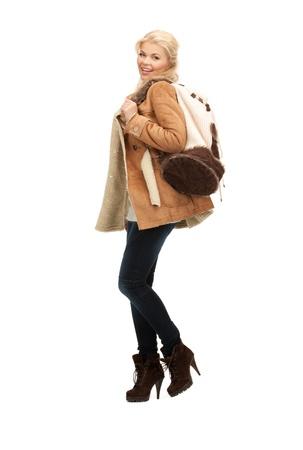 sheepskin: imagen de la mujer en la chaqueta de piel de oveja con mochila Foto de archivo