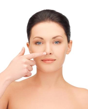 nosa: obraz pięknej kobiety wskazując na nos Zdjęcie Seryjne