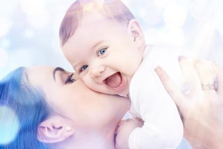 Bild der gl�cklichen Mutter mit Baby in H�nden