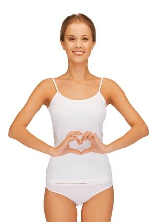 vientre femenino: Foto de mujer hermosa en forma de algod�n undrewear coraz�n se est� formando en el vientre