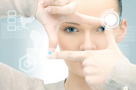 negocios internacionales: imagen de la mujer de negocios la creaci�n de marco con los dedos Foto de archivo