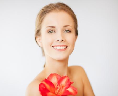buen vivir: imagen brillante de mujer encantadora con la flor del lirio Foto de archivo