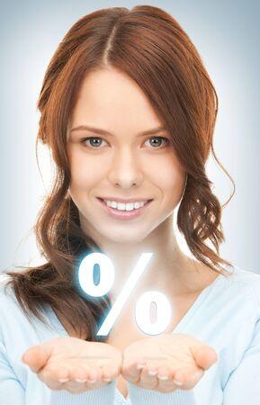 割引: 美しい女性が彼女の手の手のひらにパーセント記号を表示