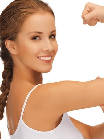 cuerpo femenino perfecto: cuadro del primer de la mujer deportiva flexionando sus bíceps Foto de archivo
