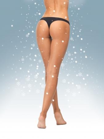 cuerpo femenino perfecto: imagen de piernas femeninas en bragas bikini negro Foto de archivo