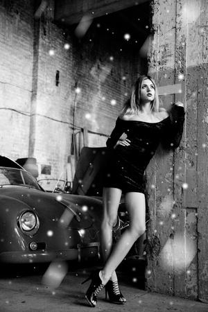 tacones negros: Foto de mujer de moda en garage retro