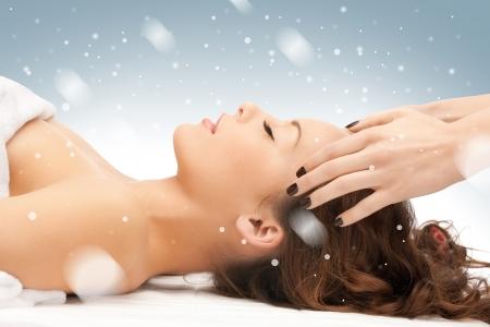 massaggio: foto di bella donna in salone massaggi Archivio Fotografico