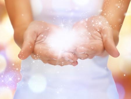 dando la mano: cuadro del primer brillante de destellos mágicos en manos femeninas