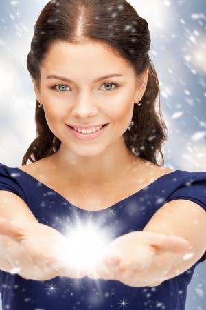 마법의: 그녀의 손의 손바닥에 마법을 가진 아름 다운 여자 스톡 사진