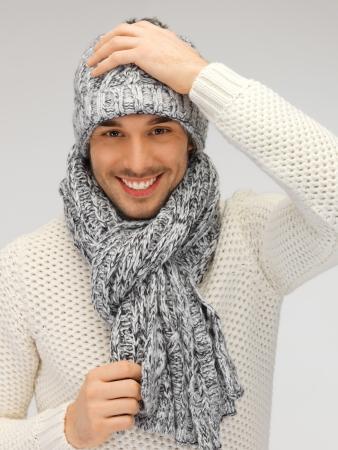 imagen del hombre hermoso en suéter caliente sombrero y bufanda