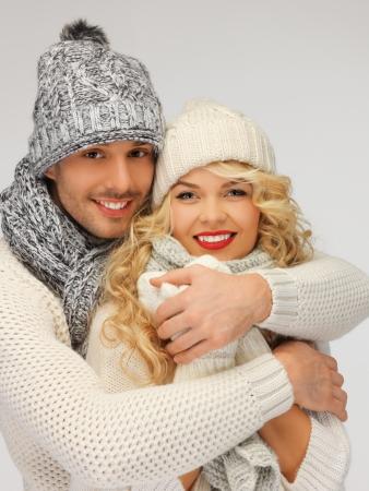 ropa de invierno: brillante imagen de familia pareja en ropa de invierno