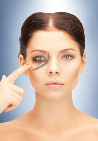 yeux tristes: image de belle femme pointant � la fatigue Banque d'images