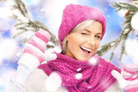 ropa de invierno: brillante imagen de mujer hermosa en sombrero, bufanda y guantes