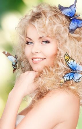 donna farfalla: immagine di donna felice con farfalle in capelli