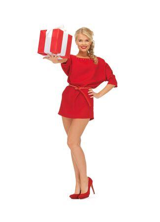 tacones rojos: imagen brillante de mujer con vestido rojo con el presente
